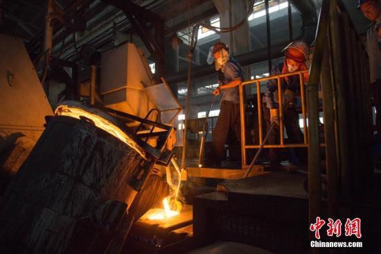 资料图:江苏一精密机械制造企业车间内,一派火热的生产景象。 陈军 摄
