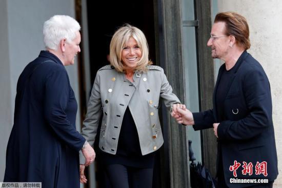 当地时间7月24日,法国巴黎,法国第一夫人布丽吉特・马克龙在爱丽舍宫会见U2乐队的主唱波诺。