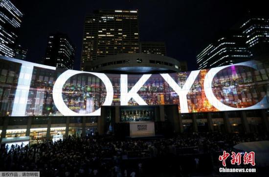 资料图:2017年7月24日,日本东京,当地使用灯光投影技术为2020年东京奥运会和残奥会造势。