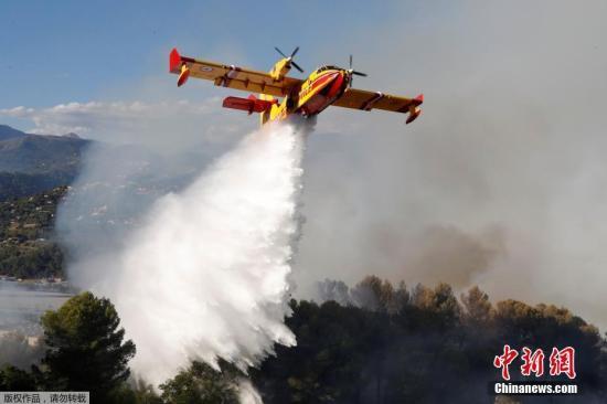 消防飞机喷洒出灭火喷剂。