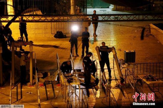 当地时间2017年7月24日晚,耶路撒冷,以色列安全部队移除圣殿山入口的金属探测门。