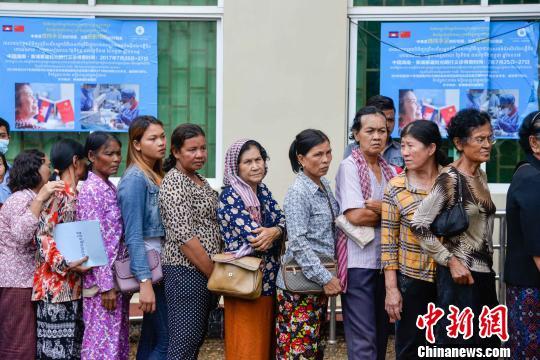 图为柬埔寨眼疾患者排队等待筛查。 洪坚鹏 摄