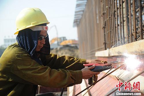 资料图:农民工在工作中。 中新社记者 张娅子 摄