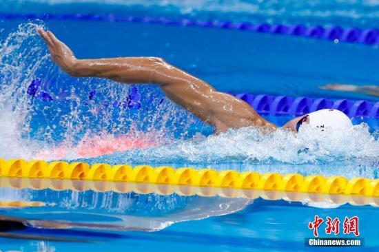 当地时间7月25日,2017国际泳联世锦赛男子200米自由泳决赛在布达佩斯举行,中国选手孙杨以1分44秒39夺得冠军。中新社记者 富田 摄