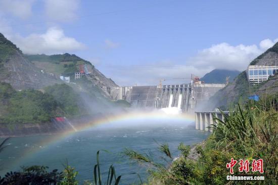 资料图:龙滩水电站调峰弃水。 蒋雪林 摄