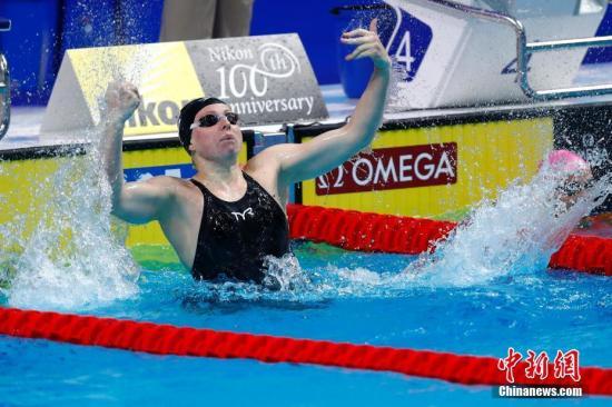 当地时间7月25日,2017国际泳联世锦赛女子100米蛙泳决赛在布达佩斯举行,美国选手莉莉金以1分04秒13夺得冠军,并打破世界纪录。中新社记者 富田 摄