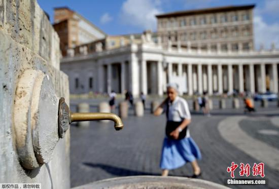 意大利持续干旱,今年降雨量较往年平均少80%,刚过去的春季是约60年来最干旱的春天,干旱令全国农作物失收,以出产火腿及芝士闻名的中北部帕尔马省灾情严重。图为梵蒂冈圣彼得广场上的一处水龙头。