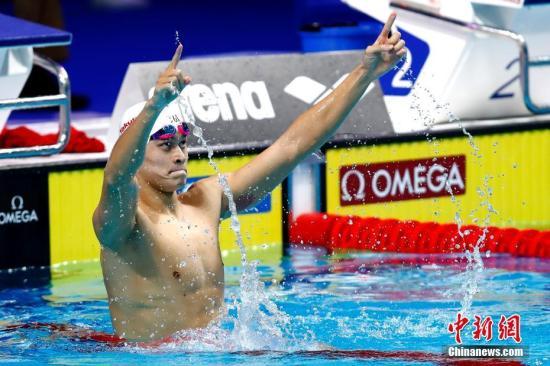 布达佩斯世锦赛 孙杨首次摘男子200米自由泳金牌。 中新社记者 富田 摄