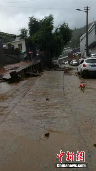 子洲县官方消息称,子洲县突发强降雨,截至26日凌晨3时,县城降雨量达到164.7毫米。由于网络中断,26日凌晨3时至早晨8时的降雨量无法统计。由于此次降雨历时短、强度大,加之大理河县城段上游流域均发生了强降雨,导致大理河水位上涨,河水进入县城一、二、三街道,致使子洲县城受灾严重。城区电力、通信、网络中断,县城水源地清水沟水库发生洪水漫顶,县城供水中断。截至目前,尚未接到人员伤亡报告。图为子洲县城内涝。文/王永平 子洲宣传部供图