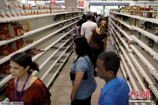 4月初以来,委内瑞拉爆发了大规模抗议活动,反对马杜罗修宪,抗议者多次与警方发生冲突。近四个月来的反政府抗议示威至今已经造成约100人丧生,数千人受伤,委内瑞拉的经济因此受到重创。