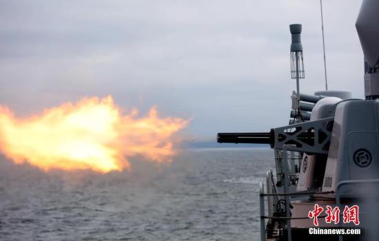 """当地时间7月25日,中国舰艇在波罗的海某海域进行副炮实弹发射演练。这是中俄""""海上联合―2017""""军事演习首个海上演练课目。中新社记者 王修君 摄"""