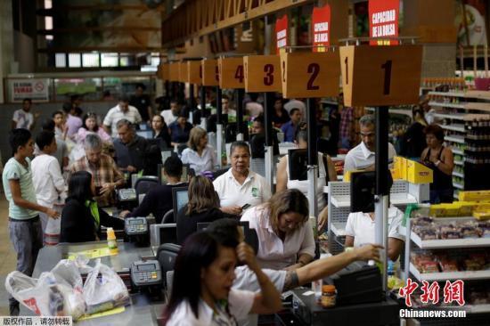 """7月30日委内瑞拉将举行令人瞩目的制宪大会的选举。连日来,围绕马杜罗总统提出的制宪大会选举和召开制宪大会,委内瑞拉政府与反对派控制的国会之间的""""府院之争""""越演越烈,造成国内局势动荡。图为加拉加斯民众在超市抢购商品。"""