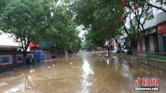 陕西部分地区遭强降雨袭击,7月25日8时至26日6时,该省已有74个县(区)降雨,陕北中部出现大面积的大暴雨区,子洲县、绥德县等已经组织受威胁区民众撤离到安全地带。目前具体灾情还在核查中。图为子洲县城内涝。文/王永平 子洲宣传部供图