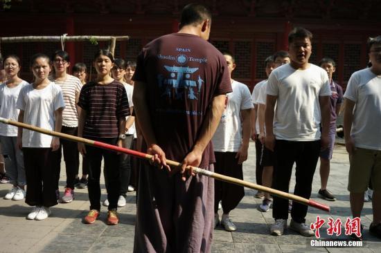 """7月24日,参加""""情系青春两岸青年中原行""""的30名青年来到河南少林寺,进行为期三日的武术训练。习武前,延亚师父为学员们立规。中新社记者 杨程晨 摄"""