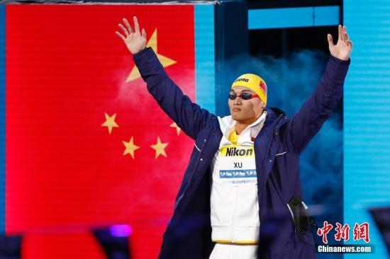 当地时间7月25日,2017国际泳联世锦赛男子100米仰泳决赛在布达佩斯举行,中国选手徐嘉余以52秒44夺得冠军。中新社记者 富田 摄