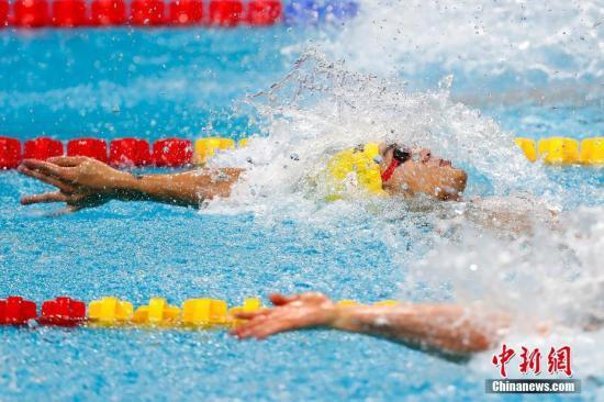 当地时间7月25日,2017国际泳联世锦赛男子100米仰泳决赛在布达佩斯举行,中国选手徐嘉余以52秒44夺得冠军。 中新社记者 富田 摄