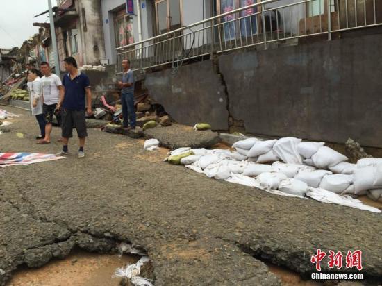7月25日,国家防总、陕西省防总继续加派工作组赴陕北地区,加强对强降雨防范工作指导。图为榆林市遭遇强降雨袭击。文/王永平 图/贾玉梅
