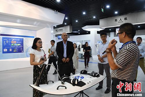 7月26日,中国首个双创示范基地南宁中关村内,智能机器人、无人机、超轻型动力冲浪板等吸引民众围观。 中新社记者 俞靖 摄