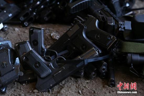 7月27日,警方收缴的枪支和刀具进行堆放等待销毁。当日,贵阳市公安局开展2017年集中统一销毁非法枪爆物品活动,集中销毁了公务用枪300余支,收缴的非法枪支186把,仿真枪264支,管制刀具5428把,弓弩104把。<a target='_blank' href='http://www.chinanews.com/'>中新社</a>发 瞿宏伦 摄