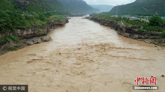 7月27日,受黄河上游晋陕两省中北部大范围降水及暴雨天气的影响,黄河壶口段迎来了今年以来的最大洪峰,最大水流量达到了4000立方米秒以上,这是日常黄河水流量的8倍,水位比平时高了3米左右,这也使得壮美的壶口瀑布被黄河洪水全部覆盖,原来石槽中30多米深的落差仅剩两三米。由于通往瀑布的廊桥部分被淹没,为了保证游客游览安全,黄河壶口瀑布景区采取了紧急防洪预案,景区暂时关闭,具体恢复开放时间依据汛情后续发展而定。刘江 摄 图片来源:视觉中国