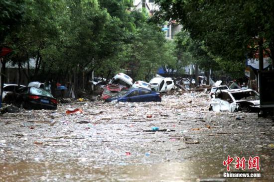 陕西绥德县曾经繁华的商业街二道街,整条街道被泡在积水和淤泥之中。 中新社记者 田进 摄