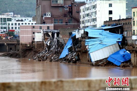 陕西绥德受灾现场,流经绥德的大理河沿岸建筑被冲毁。 田进 摄