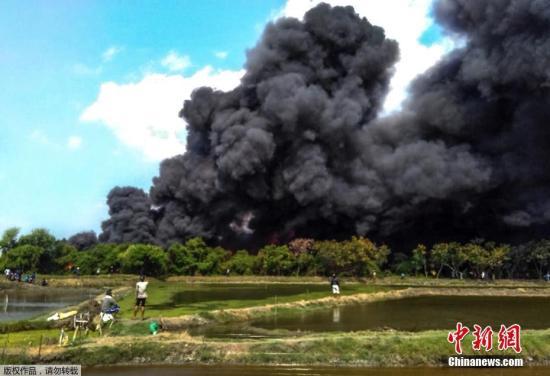 印尼每年旱季均会遭遇林火,由于较难扑灭往往会持续数周。林火产生的烟霾严重时会导致学校停课、航班停飞,甚至飘至东南亚邻国。在7月下旬,印尼5个省因林火进入紧急状态。图为当地时间7月15日,位于印尼爪哇岛的Pati,大火造成浓厚的黑烟冒出。