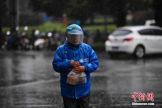 资料图:外卖小哥冒雨送餐。<a target='_blank' href='http://www.chinanews.com/'>中新社</a>记者 刘冉阳 摄