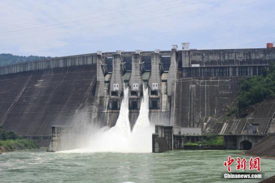 资料图:中国珠江流域大型水利枢纽泄洪。它以防洪为主,兼有发电、航运等综合利用效益,是大型准公益性水利枢纽。中新社记者 俞靖 摄