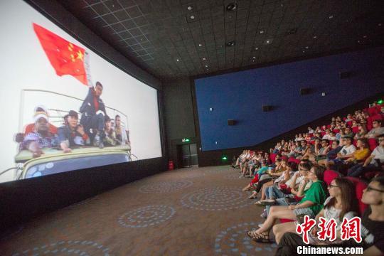 """《战狼2》中国公映,影迷观后直言""""为祖国的强大骄傲。张云 摄"""