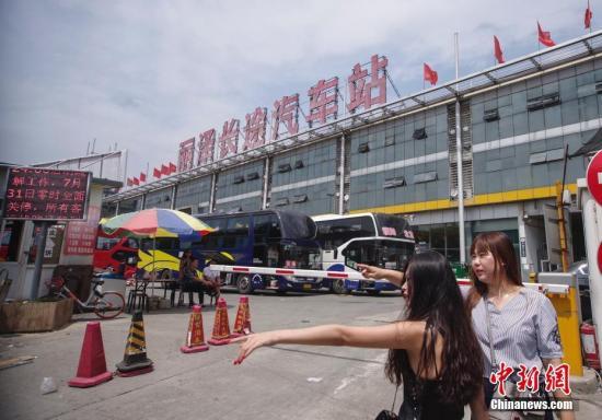 7月29日,北京丽泽长途汽车站前的电子显示屏上正在播放停运公告。丽泽长途汽车站建于1994年,随着北京疏解非首都功能工作的推进,该站将于7月31日停止运营,所有长途客运线路迁移至新发地长途客运站继续运营。 <a target='_blank' href='http://www.chinanews.com/'>中新社</a>记者 贾天勇 摄