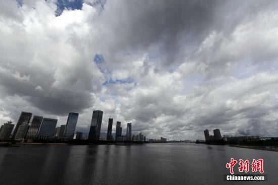"""据气象部门预计,今年第9号台风""""纳沙""""将于29日傍晚前后登陆台湾花莲附近沿海,30日凌晨到上午以""""强热带风暴或台风""""的强度在福建厦门到霞浦一带沿海再次登陆;今年第10号台风30日夜到31日早晨以""""热带风暴""""的强度在福建省中北部沿海登陆。刘可耕 摄"""