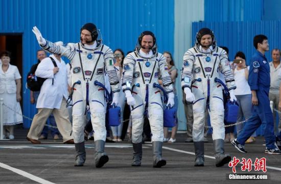 图为俄罗斯航天国家集团公司宇航员谢尔盖?梁赞斯基、美国国家航空航天局宇航员Randy Bresnik 和意大利宇航员保罗?内斯波利(Paolo Nespoli)前往发射场。