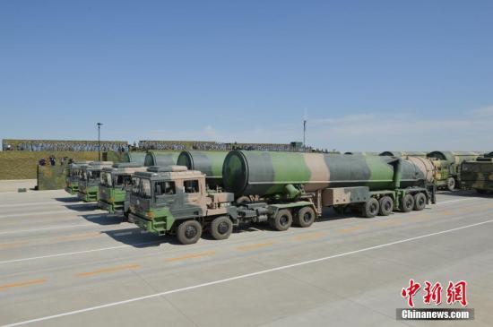 7月30日,庆祝中国人民解放军建军90周年阅兵在位于内蒙古的朱日和训练基地举行。图为火箭军部队方队接受检阅。 中新社记者 崔楠 摄