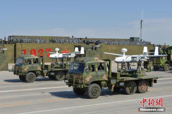 7月30日,庆祝中国人民解放军建军90周年阅兵在位于内蒙古的朱日和训练基地举行。 图为接受检阅的无人机方队。 中新社记者 崔楠 摄