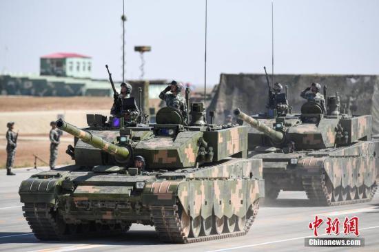 7月30日,庆祝中国人民解放军建军90周年阅兵在位于内蒙古的朱日和训练基地举行。图为由99A型主战坦克组成的坦克方队接受检阅。 中新社记者 崔楠 摄