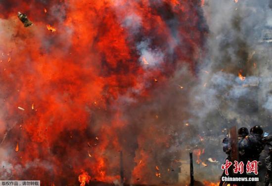 当地时间7月30日,委内瑞拉首都加拉加斯爆发冲突,委内瑞拉定于30日举行制宪大会选举,该国局势日趋紧张。委总统马杜罗27日颁布总统令,禁止7月28日至8月1日期间举行集会、游行活动。但反对派28日呼吁其支持者无视禁令,并于当天启动为期3天的全国抗议活动。图为加拉加斯街头因爆发冲突而升起熊熊火焰。