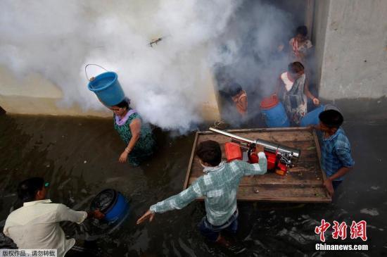 本地工夫7月29日,印度艾哈迈达巴德遭受严峻大水,事情职员正在住民区开释防蚊烟雾,以避免登革热等感染徐病。