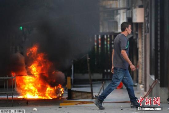 加拉加斯街头随处可见因冲突而冒出的火焰和浓烟。