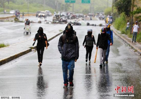加拉加斯街头的抗议者们。