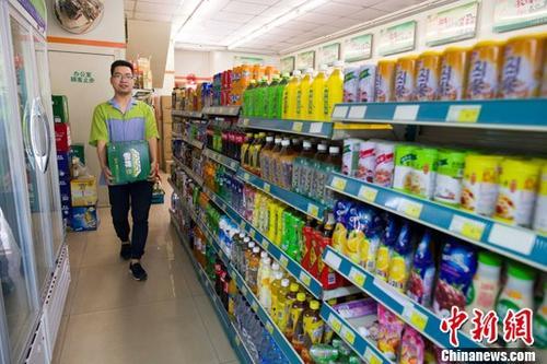 资料图:山西太原,超市工作人员正在整理商品。<a target='_blank' href='http://www.chinanews.com/'>中新社</a>记者 张云 摄