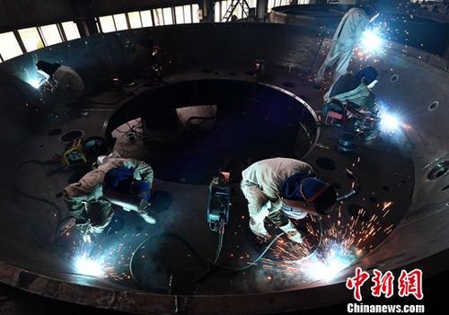 资料图:电焊工人焊接重型机器。<a target='_blank' href='http://bharatcinema.com/'>中新社</a>记者 张斌 摄