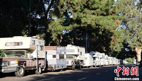 当地时间7月30日,美国硅谷山景城克里山托大道停靠的房车。越来越多的工薪阶层无力负担房租,选择住在房车里。<a target='_blank' href='http://www.chinanews.com/'>中新社</a>记者 刘丹 摄