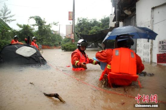 漳浦消防官兵在洪水中解救被围困人员。郑达伟 摄
