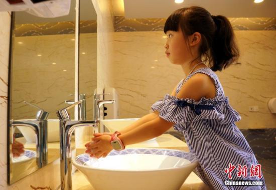 原料图:一位小女孩在儿童洗手台前洗手。王昊阳 摄