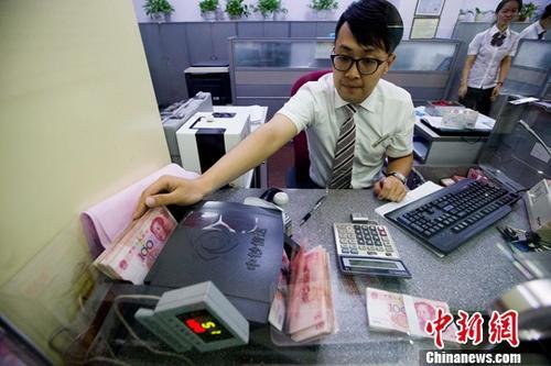 资料图:银行工作人员正在清点货币。/p记者 张云 摄