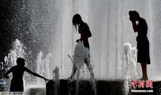 当地时间2017年8月1日,捷克布拉格,当地高温来袭,气温高达35度,民众在喷泉里降温消暑。