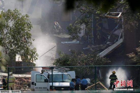明尼阿波利斯市消防部门在一份声明中说,发生爆炸的学校名为明尼哈哈学校,爆炸导致一幢校舍坍塌,困住多人。图为救援与消防人员在坍塌现场进行搜救。
