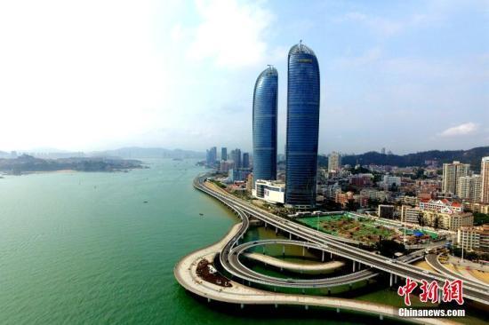 """图为""""双子塔""""大厦,是厦门标志性城市景观之一,也是目前厦门投入使用的最高楼。王东明 摄"""