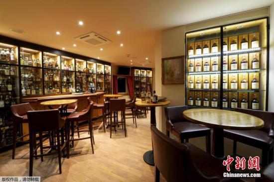 """资料图:维尔德豪斯酒店的""""魔鬼之家""""威士忌酒吧因其2500瓶藏品而备受赞誉。"""